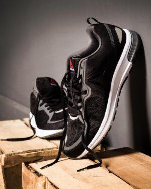 کفش مردانه اسپرت لوگو ریباک - مشکی - محیطی