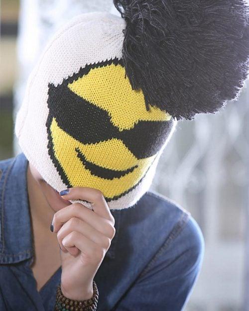 کلاه بافت طرح ایموجی منگوله دار - کرمی - محیطی زنانه