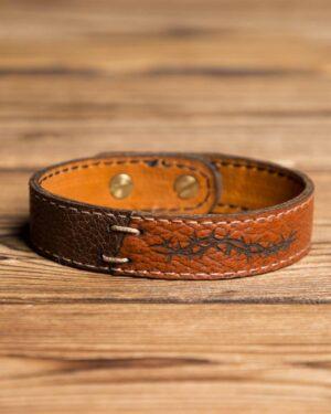 دستبند مردانه چرم - قهوه ای - رو به رو