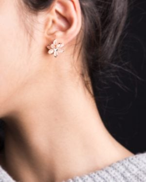 گوشواره میخی طرح گل - هلویی سیر - زنانه