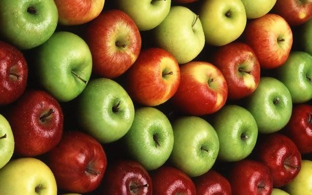 سیب به دفع چربی های پوست صورت کمک می کند