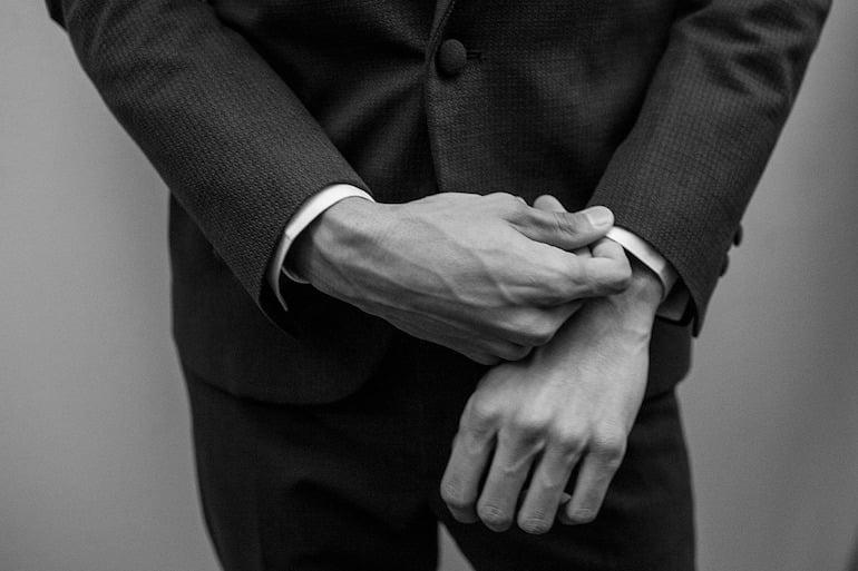 عکی سیاه و سفید از دست های یک مرد