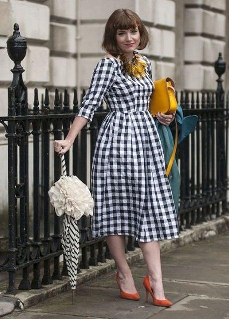 ست پارچه گینگهام به همراه چتر، کیف زرد و کفش قرمز در خیابان