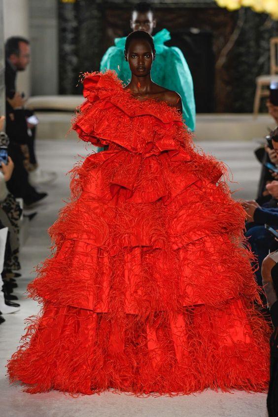 لباس قرمز رنگ حجیم که از ترند های بهار و تابستان 2019 است.