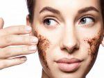 استفاده از یک نوع اسکراب خانگی روی پوست صورت
