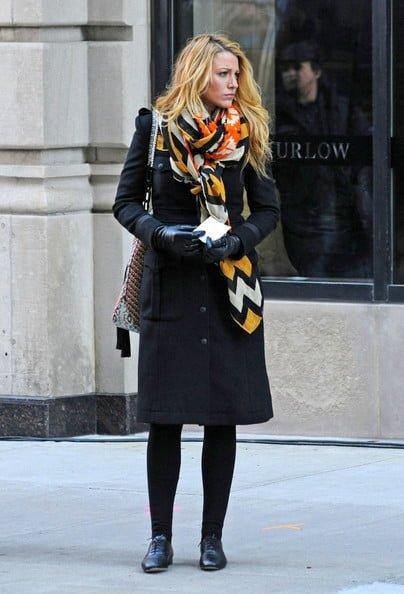 استفاده از شال و روسری رنگی با کت مشکی