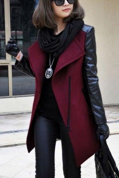 کت دو رنگ قرمز و مشکی در کنار شال مشکی و شلوار جین تیره