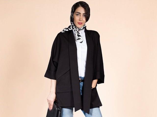 کت مشکی روی لباس سفید و شلوار جین در فروشگاه سارابارا - مجله اینترنتی مد سارابارا