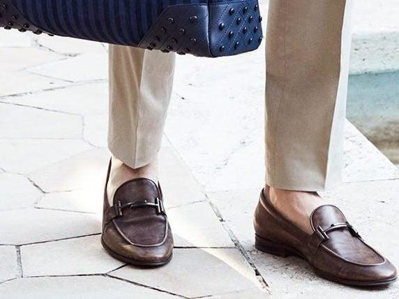 ست کردن کفش مردانه رسمی با کیف و شلوار کرم