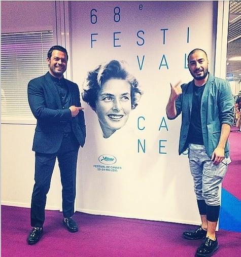 نوید محمدزاده و پژمان بازغی در کنار تابلوی جشنواره کن