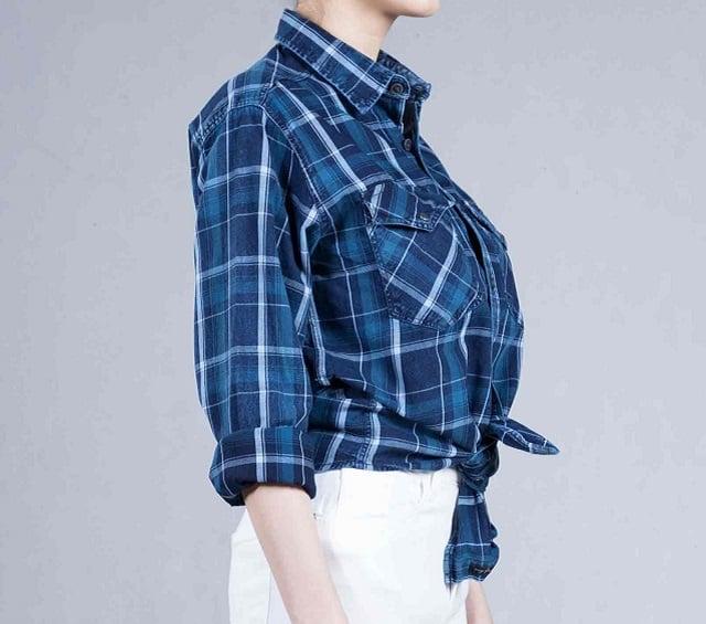 پیراهن آبی چهارخانه روی شلوار سفید