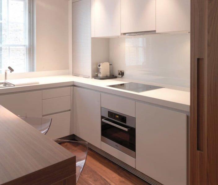 آشپزخانه مرتب با رنگ کلی سفید و بدون به هم ریختگی