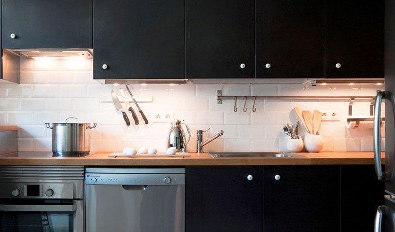 آشپزخانه با کابینت مشکی و نسبتا تاریک