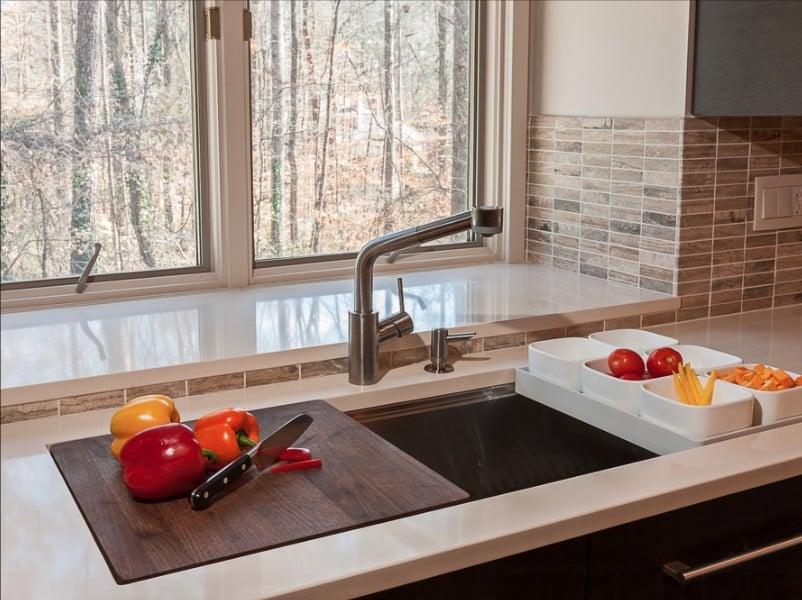 تبدیل سینک ظرفشویی به تخته آشپزخانه چوبی با منظره جنگل