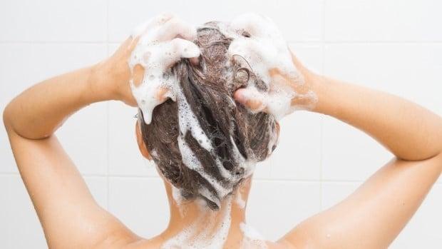 شستشوی موهای سالم یک خانوم