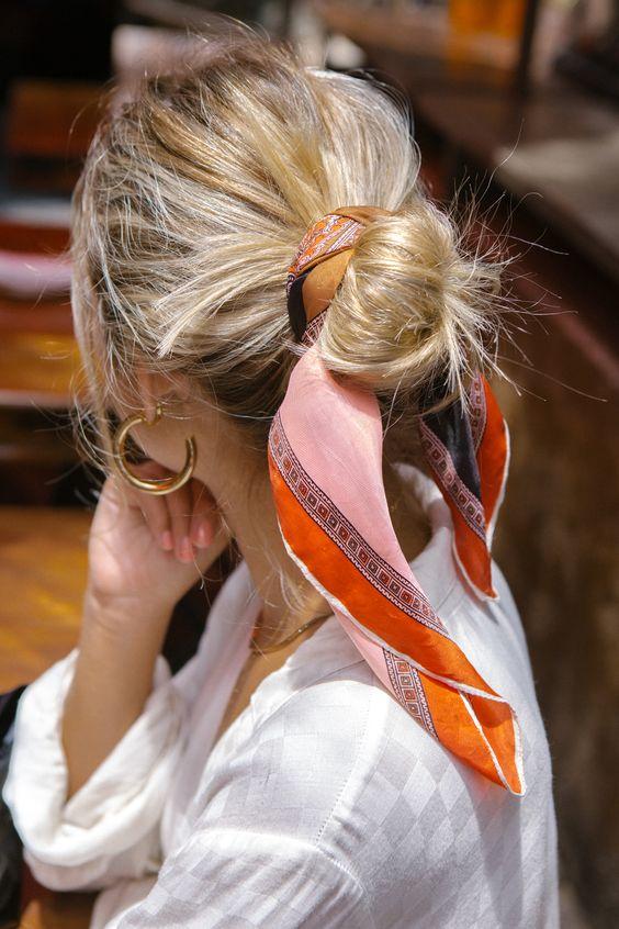 روسری نارنجی ساتنی به عنوان هدبند و اکسسوری مو زنانه