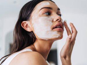 گذاشتن ماسک سفید بر صورت - مجله اینترنتی مد