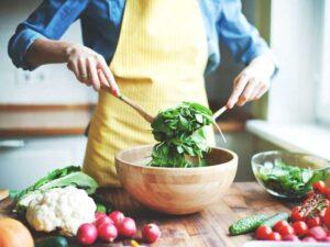 سبزیجات و ظرف چوبی پیشبند زرد رژیم های موثر کاهش وزن