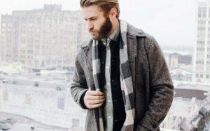 پوشیدن لایه ای لباس در زمستان به همراه شال و ست رنگی خنثی