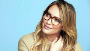 عینک مناسب صورت زن جوان با موهای روشن و عینک پلنگی