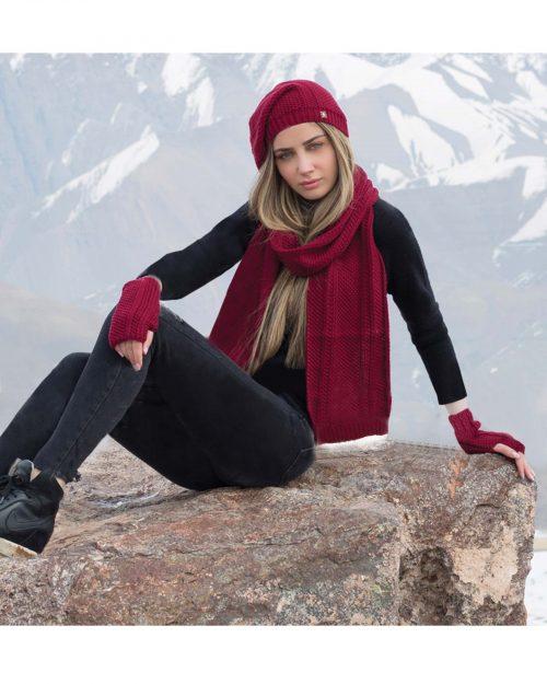 کلاه کج و شال گردن بافتنی و دستپوش - زرشکی - محیطی زنانه