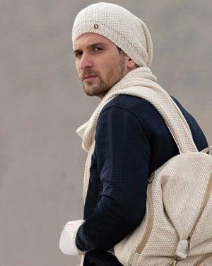 کلاه کج و شال گردن بافتنی و دستپوش - کرمی - محیطی مردانه