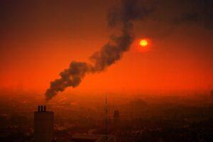 عوارض آلودگی هوا و خورشید در حال غروب کردن در هوای آلوده است