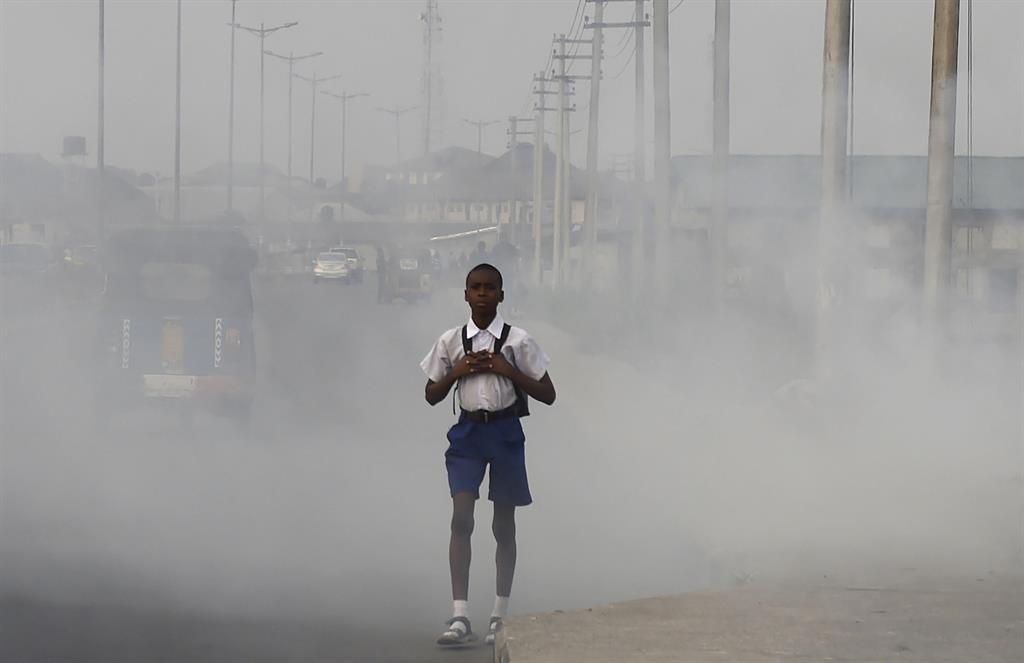 عوارض آلودگی هوا روی کودکان بسیار بیشتر است و آسیب های هوای آلوده برای کودکان بیشتر است-کودکی که در هوای آلوده قرار داد