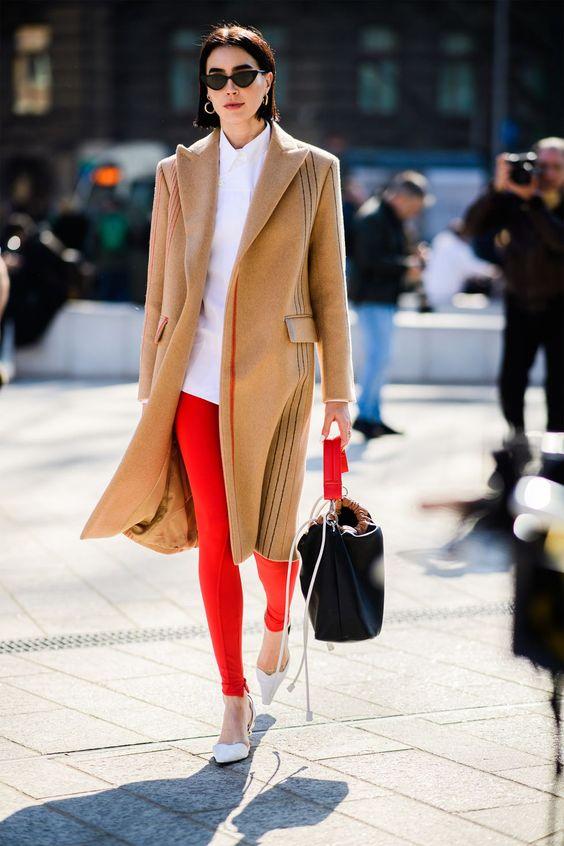 کت شتری رنگ و شلوار قرمز شومیز سفید و کیف مشکی رنگ اصول ست کردن رنگ قرمز