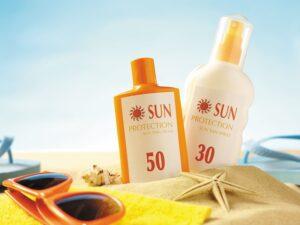 استفاده از کرم ضد آفتاب در ساحل و عینک آفتابی