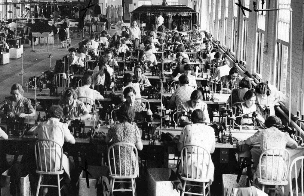 تاریخچه فست فشن و تولید انبوه لباس ها که شرایط سختی را برای افراد تولید کننده به وجود آورده است