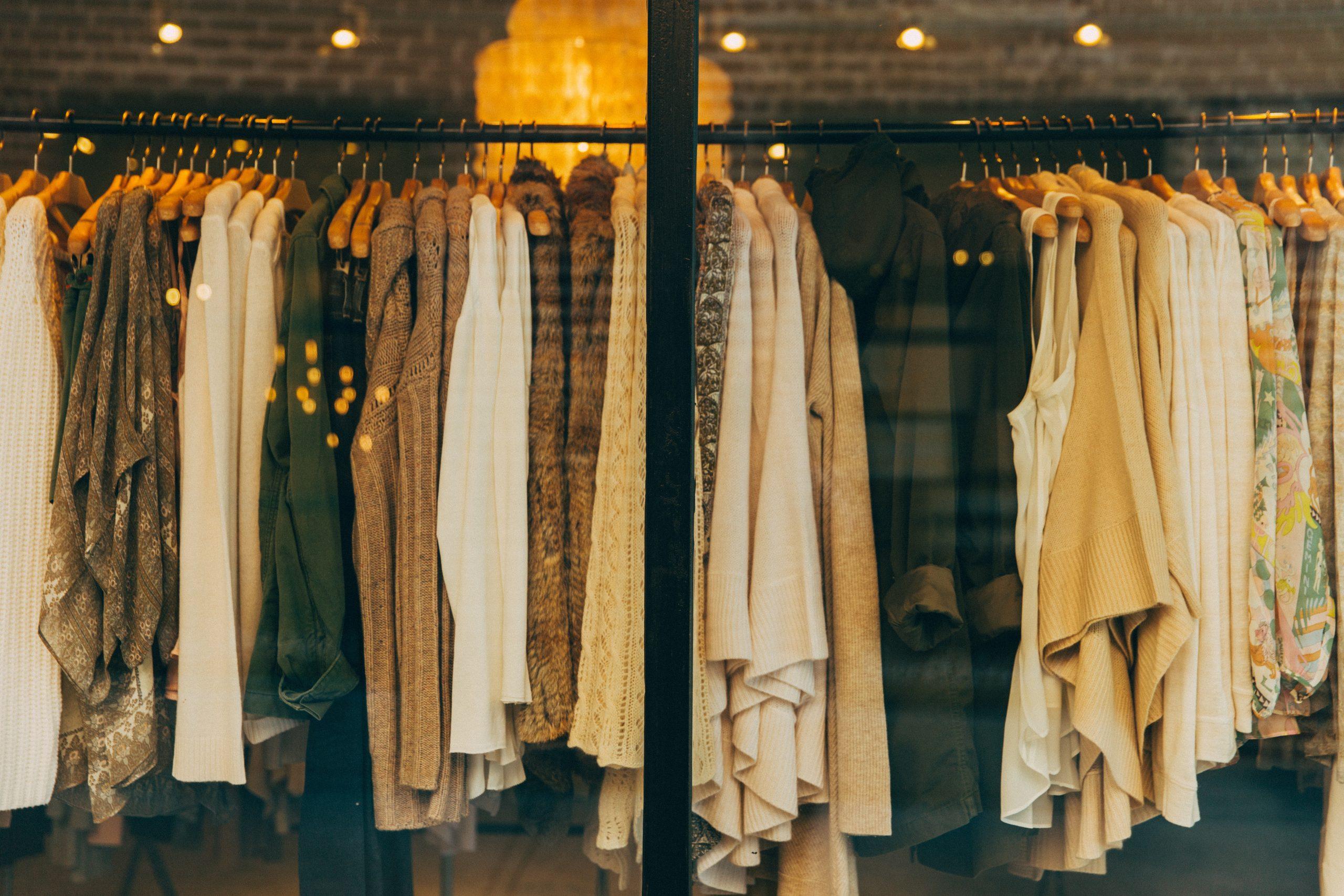 تعداد زیادی لباس در کنار هم که میتواند نشان دهنده تاثیرات مخرب فست فشن روی انسان ها را به نمایش بگذارد