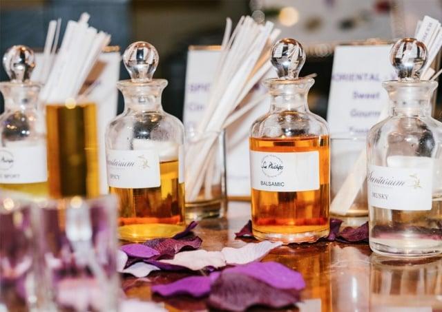 چهار عطر و ادکلن مختلف که در کنار هم قرار گرفته اند