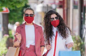 ماسک صورت طرح دار که به عنوان اکسسوری جدید مد و فشن و در رنگ قرمز مورد استفاده قرار گرفته است