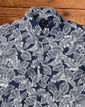 پیراهن مردانه طرح هاوایی- سرمه ای تیره- نمای روبرو- محیطی