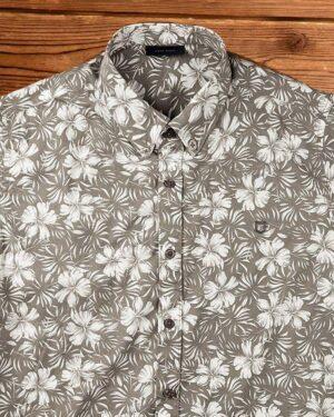 پیراهن مردانه طرح هاوایی- قهوه ای روشن- نمای روبرو- محیطی