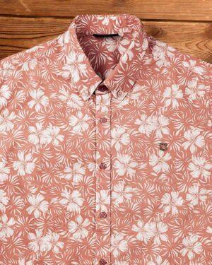 پیراهن مردانه طرح هاوایی- گلبهی- نمای روبرو- محیطی