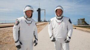 لباس فضانوردی اسپیس ایکس رو به روی فضاپیما